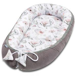 Super adorable, le cocon pour bébé Choco fantasy à double face offrira à votre bébé un confort, un espace sûr et un enveloppement agréable dès la phase néonatale et pour longtemps, grâce à la possibilité de réglage de la longueur des cordes. Après les avoir dénouées, le cocon pour bébé s'agrandit, ce qui nous permet d'avoir plus d'espace lorsque le bébé grandira. Si nous tirons sur les ficelles fermement et les attachons, le cocon pour bébé se réduira. Les stoppeurs spéciaux empêcheront les ficelles de se desserrer. Une fois le cocon pour bébé noué, vous pouvez y mettre un emballage décoratif qui a une fonction de protection supplémentaire contre les risques d'emmêlement des cordes. Nous avons combiné du velours chocolat avec du coton de qualité supérieure, avec un subtil design de magnolia pastel. Le cocon pour bébé est fait avec une bordure blanche, ce qui lui donne une élégance et un aspect fantaisie. Il est fabriqué avec des matières qui sont sûr pour la peau sensible du bébé. La collection Choco fantasy ont des couleurs uniques avec des motifs floraux intemporels - très élégant et d'une douceur fantaisiste.