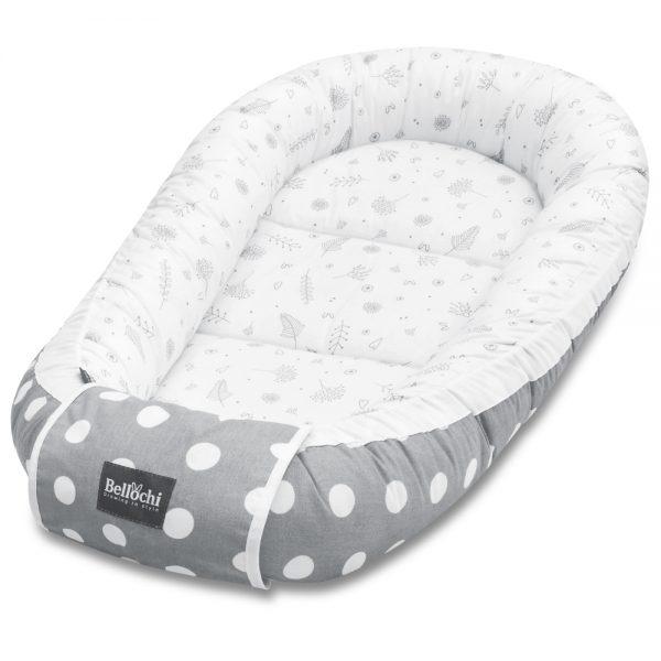 L'élégant cocon pour bébé à double face Doti Bello offrira à votre bébé un confort, un espace sûr et un enveloppement agréable dès la phase néonatale. Notre nid servira longtemps à votre bébé, grâce à la possibilité de réglage de la longueur des cordes. Une fois que vous les avez dénouées, le cocon devient plus grand, ce qui nous permet d'avoir plus d'espace lorsque le bébé grandira. Si nous tirons les ficelles fermement et les attachons, le cocon pour bébé se réduira.  Les stoppeurs spéciaux empêcheront les ficelles de se desserrer. Une fois le cocon pour bébé noué, vous pouvez y mettre un emballage décoratif qui a une fonction de protection supplémentaire contre les risques d'emmêlement des cordes. Fabriqué avec du coton 100% certifié, sûr pour la peau délicate du bébé. Le coton délicat et doux au design original Bellochi aux charmants motifs gris a été combiné avec du coton gris à pois fantaisie, il donne un aspect de conte de fées. C'est un peu de la joie et de liberté dans un style minimaliste. La collection Doti Bello est dédiée aux amateurs de design élégant et simple avec une touche de magie.
