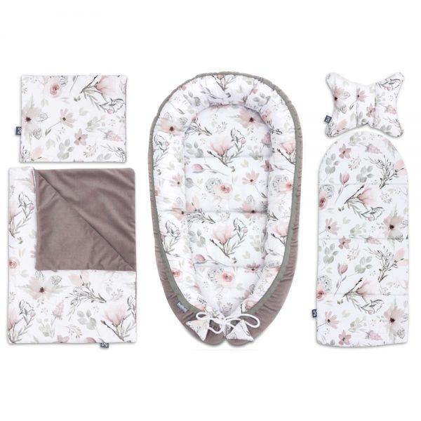 L'ensemble de layette doux Baby Shower Choco Fantasy est composé de 6 accessoires pratiques qui vous seront utiles pour le soin de votre bébé dès la naissance à 8 mois. Le set offrira à votre bébé une place confortable, sûr et agréable pour dormir et se reposer. C'est également une place idéale pour s'amuser et pour les activités quotidiennes entre les deux. L'ensemble de Baby Shower comprend : - cocon pour bébé 60x90cm - enveloppe décorative pour bébé - un matelas de dimensions 30x70 cm - couverture 50x75cm - oreiller plat 25x30cm - oreiller antichocs papillon 25x30cm  L'ensemble est cousu avec des matières certifiés, sûr pour la peau délicate du bébé. Nous avons combiné du velours chocolat avec du coton de première qualité, avec un subtil design de magnolia pastel. La collection Choco fantasy est un ensemble de couleurs unique et de motifs floraux intemporels qui est très élégant et d'une douceur fantaisiste. L'ensemble Choco fantasy sera très utile à la maison, lors de voyages ou de promenades, ainsi lors de visites à des amis ou à la famille. C'est la meilleure idée de cadeau pour une future maman à l'occasion d'un baby shower ou de la naissance d'un bébé.