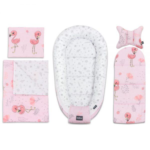 Fabuleusement mignon, le set de layette Baby Shower Flamingo est composé de 6 accessoires pratiques qui seront utiles pour le soin de votre bébé dès la naissance à 8 mois. Le set offrira à votre bébé une place confortable, sûr et agréable pour dormir et se reposer. C'est également une place idéale pour s'amuser et pour les activités quotidiennes entre les deux. L'ensemble du baby shower incluent: - cocon pour bébé 60x90cm - enveloppe décorative pour bébé - un matelas de dimensions 30x70 cm - couverture 50x75cm - oreiller plat 25x30cm - oreiller antichocs papillon 25x30cm  L'ensemble est cousu avec du coton de première qualité, certifié à 100 %, sûr pour la peau délicate du bébé. Nous avons combiné un coton de haute qualité avec le design original de Bellochi, avec des motifs gris et de charmants flamants. Ces adorables oiseaux roses sont très à la mode et fabuleux. Cela vaut la peine d'avoir de tels motifs non seulement en été. Nous avons tous besoin d'un peu de couleur et d'énergie positif tout au long de l'année. La collection Flamingo fait bonne figure dans les chambres d'enfants et s'adapte parfaitement à tous les styles. Nous croyons que les flamants ont une disposition sociale, alors invitons-les dans notre intérieur. Aussi, Ce set de layettes sera également très utile à la maison, lors d'un voyage ou d'une promenade, ainsi que lors de visites à des amis ou à la famille. C'est la meilleure idée de cadeau pour une future maman à l'occasion d'un baby shower ou de la naissance d'un bébé.